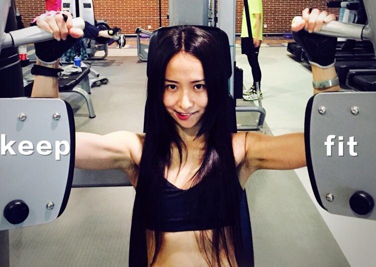 羽小团  好物分享   篇一:女生穿什么样的运动衣去健身又潮又好看?
